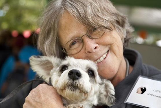 Lois Saucke est Co-propriétaire et fait partie de l'équipe à la Clinique vétérinaire des petits animaux de l'Estrie